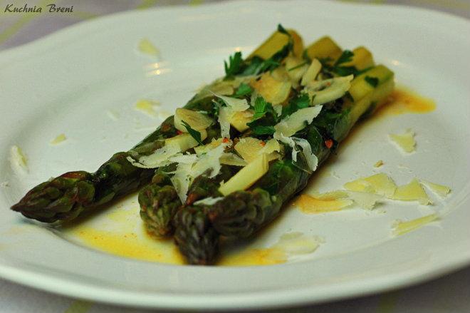 Szparagi duszone na maśle z czosnkiem, chilli w białym winie