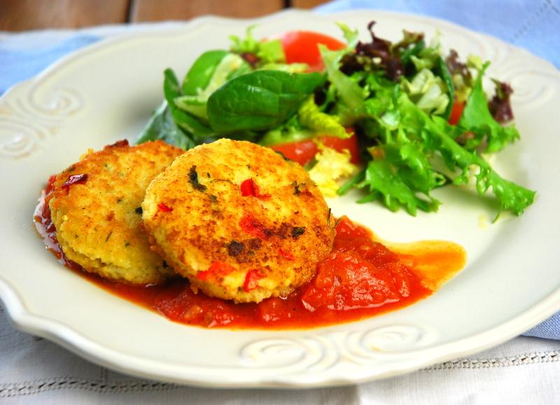 Kotleciki z kaszy jaglanej z sosem pomidorowym