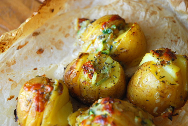 Ziemniaki pieczone z farszem z cukinii, sera gorgonzola i sera mozarella